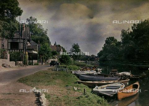 CHA-F-AU0255-0000 - Boats moored in a canal - Data dello scatto: 1920-1925 ca. - Archivi Alinari, Firenze