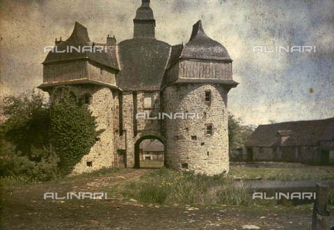 CHA-F-AU0274-0000 - The entrance to a castle - Data dello scatto: 1920-1925 ca. - Archivi Alinari, Firenze