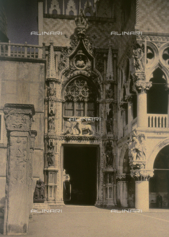 CHA-F-AU0422-0000 - Porta della Carta with the bas-relief depicting the doge Francesco Foscari kneeling in front of the lion of San Marco, detail of Palazzo Ducale - Data dello scatto: 1908-1920 - Archivi Alinari, Firenze