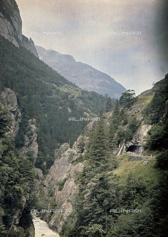 CHA-F-AU0549-0000 - Aar Valley in Switzerland with the Zuben Tunnel - Data dello scatto: 1910-1920 - Archivi Alinari, Firenze