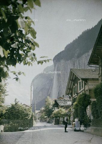 """CHA-F-AU0609-0000 - Lauterbrunnen, a town in the """"waterfall valley"""" in Switzerland - Data dello scatto: 1910-1920 ca. - Archivi Alinari, Firenze"""