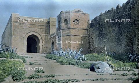 CHA-F-AU0617-0000 - The gate at the walls of the kasbah of Oudaia in Rabat, Marocco - Data dello scatto: 1907 - Archivi Alinari, Firenze