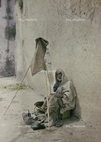 CHA-F-AU0621-0000 - Man in traditional dress - Data dello scatto: 1907 - Archivi Alinari, Firenze