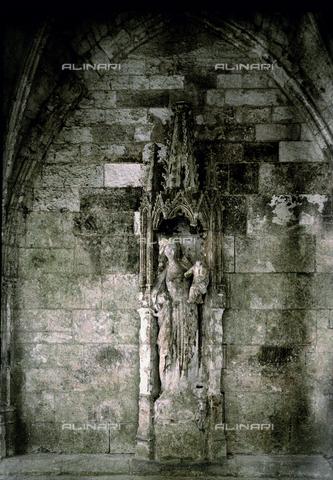CHA-F-AU0637-0000 - Gothic high relief depicting the Virgin and Child, in a church in France - Data dello scatto: 1920-1925 ca. - Archivi Alinari, Firenze