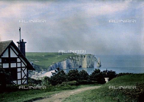 CHA-F-AU0642-0000 - The Etretat cliffs with the arch known as Porte d'Aval and the pointed rock called Aiguille - Data dello scatto: 1920-1925 ca. - Archivi Alinari, Firenze