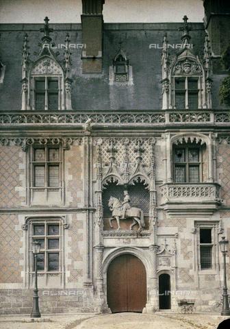 CHA-F-AU0813-0000 - The main entrance of the Castle of Blois, with the equestrian statue of Louis XII - Data dello scatto: 1920-1925 ca. - Archivi Alinari, Firenze