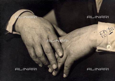 CMA-F-000085-0000 - The hands of the Italian Futurist painter Fortunato Depero - Data dello scatto: 03/1933 - Archivi Alinari, Firenze
