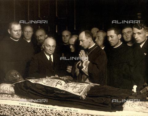 CMA-F-000260-0000 - The Cardinal Ildefondo Schuster in prayer in front of Beato Angelo Porro's mortal remains - Data dello scatto: 27/10/1929 - Archivi Alinari, Firenze