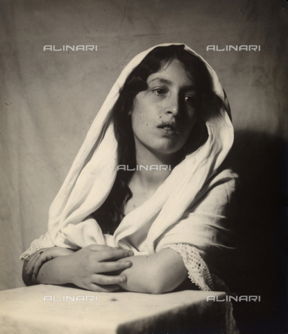 CMA-F-000331-0000 - Portrait of young woman dressed as the Madonna - Data dello scatto: 1930 ca. - Archivi Alinari, Firenze