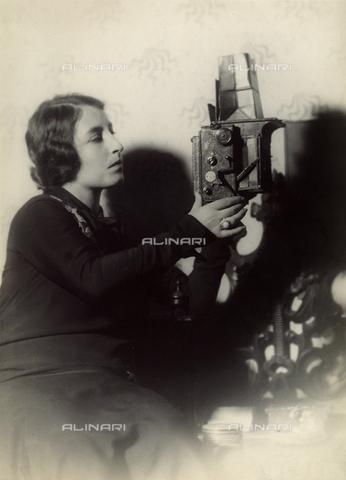 CMA-F-000957-0000 - Vittoria Castagneri with the Reflez camera in Mario Castagneri's studio in via Passarella in Milan - Data dello scatto: 1922 - Archivi Alinari, Firenze