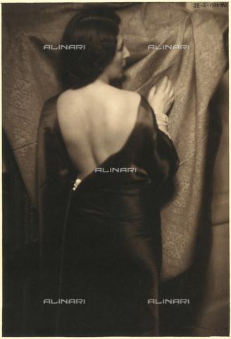 CMA-F-000961-0000 - The back of Vittoria Castagneri - Data dello scatto: 28/02/1938 - Archivi Alinari, Firenze