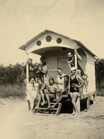 CMA-F-001021-0000 - Group portrait on the beach in Caorle - Data dello scatto: 1932 - Archivi Alinari, Firenze