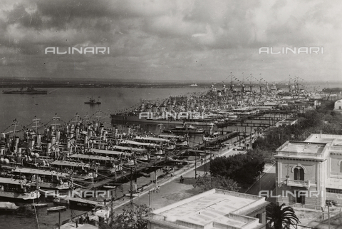 CMA-F-001068-0000 - View of Taranto port with the first Naval Squadron at the quay