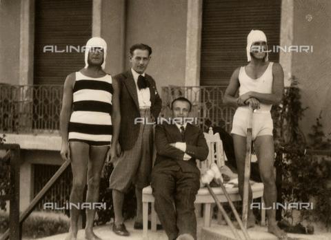 CMA-F-001073-0000 - Group of Friends of Mario Castagneri photographer, center, seated, Sandro Pozzi - Data dello scatto: 1910-1915 ca. - Archivi Alinari, Firenze