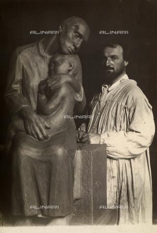 """CMA-F-001076-0000 - Portrait of the sculptor Carlo Bonomi with his sculpture in the villa """"la Selvaggia"""" in Turbigo - Data dello scatto: 1920 - 1925 ca. - Archivi Alinari, Firenze"""