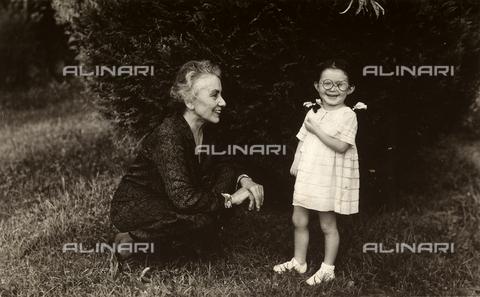 CMA-F-001111-0000 - Luciana, daughter of the photographer Lando Colombo, photographed on a lawn, with a relative - Data dello scatto: 1935 ca. - Archivi Alinari, Firenze