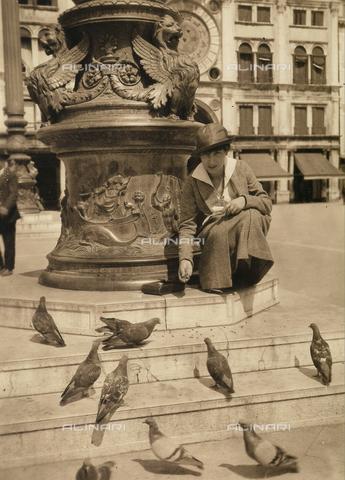 CMA-F-001180-0000 - Vittoria Castagneri, wife of photographer Mario, photographed in Piazza San Marco in Veneza, while feeding the pigeons - Data dello scatto: 1915 ca. - Archivi Alinari, Firenze