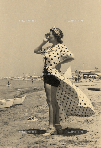 CMA-F-001309-0000 - The wife of the photographer Mario Castagneri at the seaside - Data dello scatto: 1941 - Archivi Alinari, Firenze