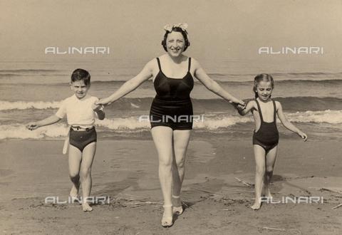CMA-F-001310-0000 - The wife of photographer Mario Castagneri at the seaside with son Luciano and a little girl - Data dello scatto: 1941 - Archivi Alinari, Firenze