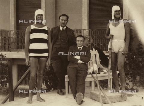 CMA-F-001443-0000 - Group of friends of the photographer Mario Castagneri, in the centre, sitting, Sandro Pozzi - Data dello scatto: 1910 - 1915 ca. - Archivi Alinari, Firenze