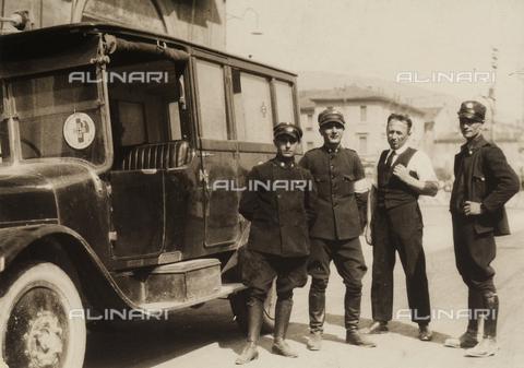 CMA-F-001469-0000 - Group of men in uniform, in front of a Croce Verde truck in Milan - Data dello scatto: 1915 ca. - Archivi Alinari, Firenze