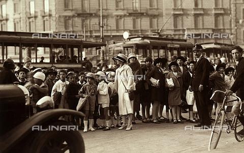 CMA-F-001571-0000 - Gruppo di studenti in gita scolastica. Le insegnanti ed i bambini sono ritratti per strada insieme ai passanti. - Data dello scatto: 1920 - 1925 - Archivi Alinari, Firenze