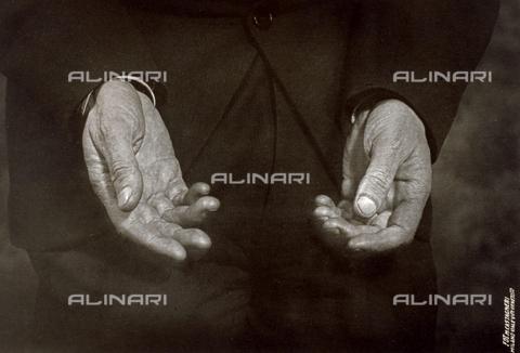 CMA-F-001589-0000 - The hands of an elderly man - Data dello scatto: 1934 - Archivi Alinari, Firenze