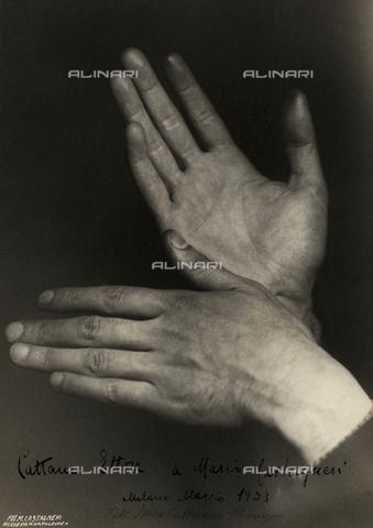 CMA-F-001590-0000 - The hands of the surgeon Ettore Cattaneo with dedication - Data dello scatto: 1933 - Archivi Alinari, Firenze