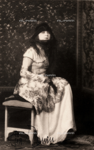 CMA-F-001609-0000 - Full-length portrait of a young woman dressed in Eighteenth century style - Data dello scatto: 27/06/1924 - Archivi Alinari, Firenze