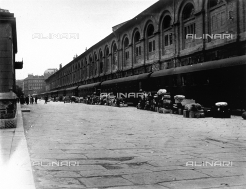 CRA-F-000004-0000 - Via Flavio Gioia in Trieste. The luggage of the emigrants are piled up before a long train. In the background the silos building can be seen - Date of photography: 1923 ca. - Alinari Archives-Camerini archive, Florence