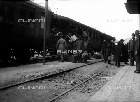 CRA-F-000012-0000 - Jewish emigrants shown on the tracks of the central station in Trieste while they are unloading their luggage from the train - Date of photography: 1922-1930 ca. - Alinari Archives-Camerini archive, Florence