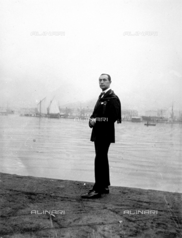 CRA-F-000013-0000 - Full-length portrait of a purser. In the background a few ships in the fog - Date of photography: 30/11/1924 - Alinari Archives-Camerini archive, Florence