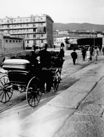 CRA-F-000016-0000 - A road in Trieste. In the foreground a carriage is taking a group of Jews to the Old Port - Date of photography: 1922-1930 ca. - Alinari Archives-Camerini archive, Florence