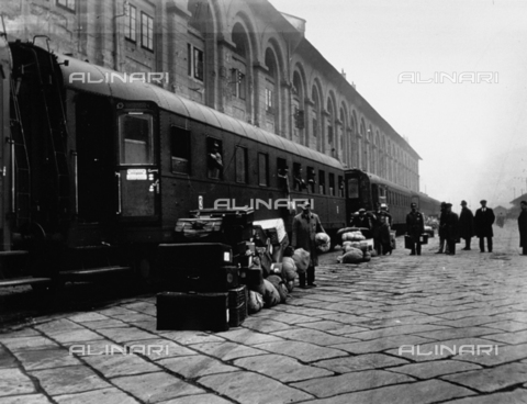 CRA-F-000023-0000 - The central station of Trieste. In the foreground suitcases, baskets and sacks have been unloaded from a train. On the 'dock' the delegates of the 'Committee for aid to the Jewish emigrants of Trieste' are waiting for the refugees to get off the train - Date of photography: 1923 ca. - Alinari Archives-Camerini archive, Florence