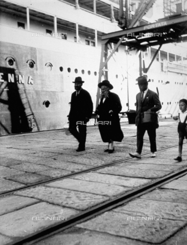 CRA-F-000027-0000 - In the company of two men and the son of the photographer, the Hassid rabbi, a Polish refugee, goes to embark on the ship 'Vienna' - Date of photography: 1923 ca. - Alinari Archives-Camerini archive, Florence