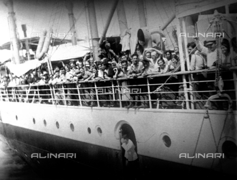 CRA-F-000029-0000 - The bridge of a ship leaving for Palestine. The bridge is crowded with emigrants who are singing and waving - Date of photography: 1922-1930 - Alinari Archives-Camerini archive, Florence