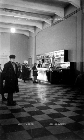 CRA-F-000065-0000 - The coffee bar of the maritime station of Trieste. On the left, a few emigrants - Date of photography: 1930 ca. - Alinari Archives-Camerini archive, Florence