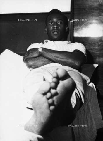 """DAA-F-000394-0000 - 1966 la nazionale brasiliana vince la """"Coppa Rimet"""", Pelé in relax - Data dello scatto: 1966 - Dufoto / Archivi Alinari"""