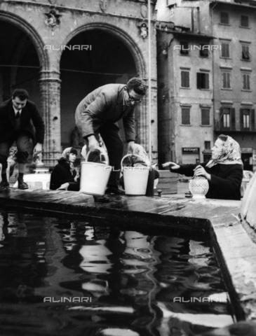 DAA-F-084337-0000 - Alluvione di Firenze del 4 novembre 1966: rifornimento di acqua dalla fontana del Nettuno - Data dello scatto: 07-10/11/1966 - Dufoto / Archivi Alinari
