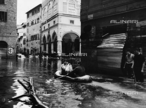 DAA-F-084339-0000 - Alluvione di Firenze del 4 novembre 1966: due uomini in canotto in via della Ninna - Data dello scatto: 05-06/11/1966 - Dufoto / Archivi Alinari