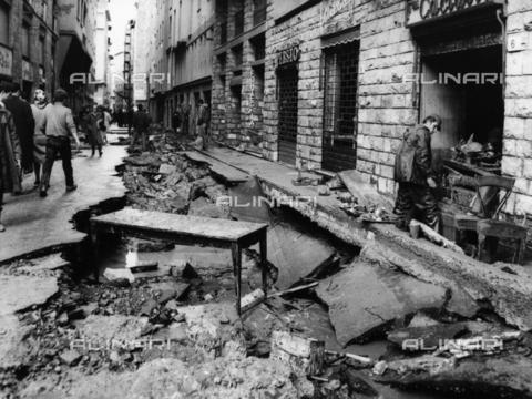 DAA-F-084341-0000 - Alluvione di Firenze del 4 novembre 1966: Borgo san Iacopo danneggiato dall'inondazione - Data dello scatto: 06-07/11/1966 - Dufoto / Archivi Alinari