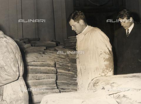 DAA-S-020032-0001 - Alluvione di Firenze del 4 novembre 1966: il senatore americano Ted Kennedy visita la Biblioteca Nazionale alluvionata - Data dello scatto: 16/11/1966 - Dufoto / Archivi Alinari