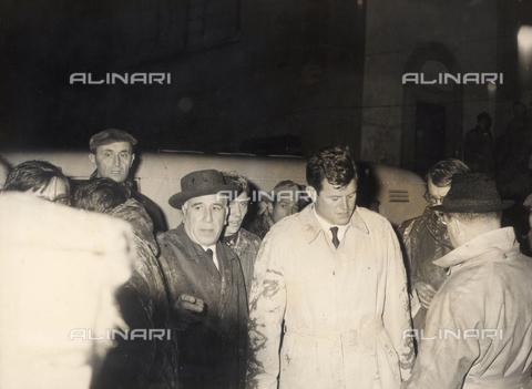 DAA-S-020032-0002 - Alluvione di Firenze del 4 novembre 1966: il senatore americano Ted Kennedy visita la Biblioteca Nazionale alluvionata accompagnato dal sindaco Piero Bargellini - Data dello scatto: 16/11/1966 - Dufoto / Archivi Alinari