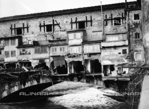 DAA-S-084336-0002 - Florence flood of November 4, 1966: Ponte Vecchio damaged by the flood of Arno - Data dello scatto: 06/11/1966 - Dufoto / Alinari Archives