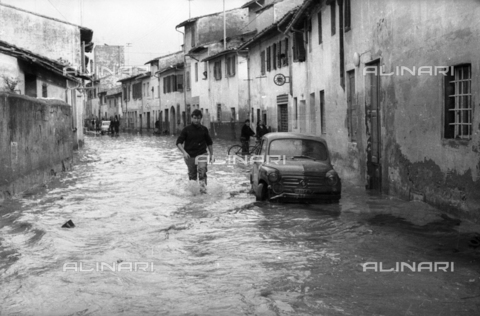 DAA-S-085002-0078 - Florence flood of November 4, 1966: a flooded road - Data dello scatto: 06/11/1966 - Dufoto / Alinari Archives