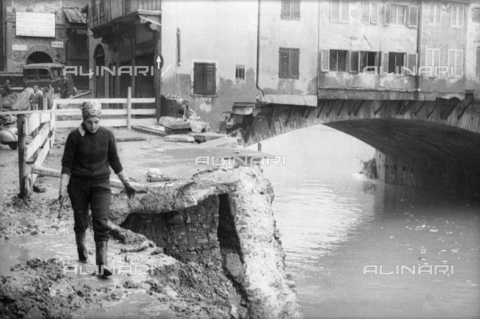 DAA-S-085003-0002 - Florence flood of November 4, 1966: Lungarno Acciaiuoli damaged; in the background Ponte Vecchio - Data dello scatto: 06/11/1966 - Dufoto / Alinari Archives
