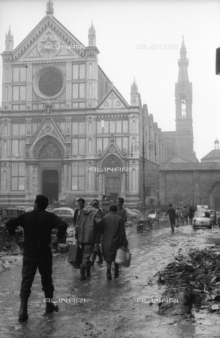 DAA-S-085003-0006 - Florence flood of November 4, 1966: citizens in Piazza Santa Croce with the mud and the carcasses of cars - Data dello scatto: 06/11/1966 - Dufoto / Alinari Archives