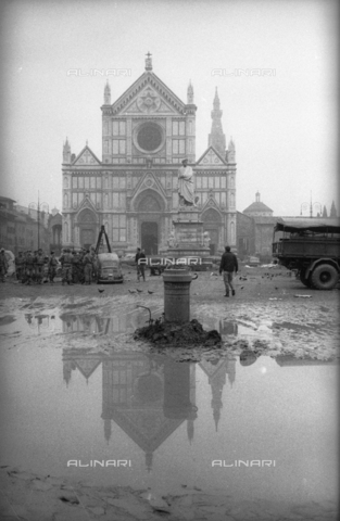 DAA-S-085003-0008 - Florence flood of November 4, 1966: military intervention to free Piazza Santa Croce from car carcasses - Data dello scatto: 06/11/1966 - Dufoto / Alinari Archives