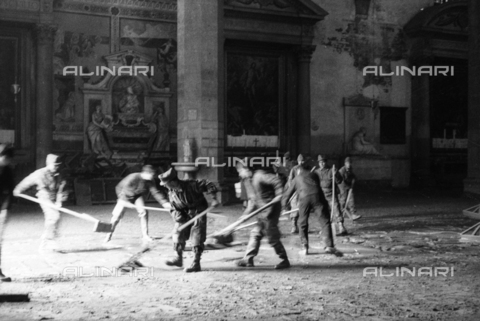 DAA-S-085004-0021 - Florence flood of November 4, 1966: the soldiers clean up mud from the Basilica of Santa Croce - Data dello scatto: 06/11/1966 - Dufoto / Alinari Archives