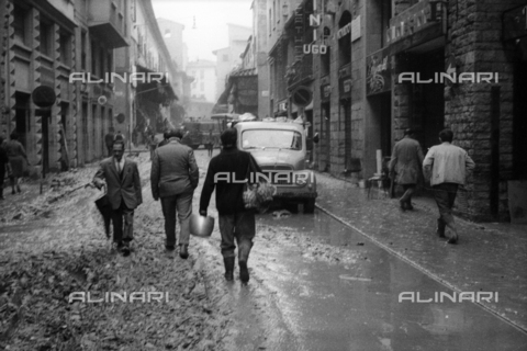 DAA-S-085004-0022 - Florence flood of November 4, 1966: cittadini nel fango di via Por Santa Maria - Data dello scatto: 06/11/1966 - Dufoto / Alinari Archives